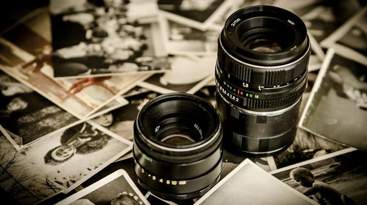 image symbolisant une banque d'images gratuites, un appareil photo et des photos éparpillées
