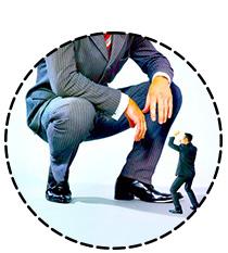Un minuscule et un géant businessmen s'affrontent en duel